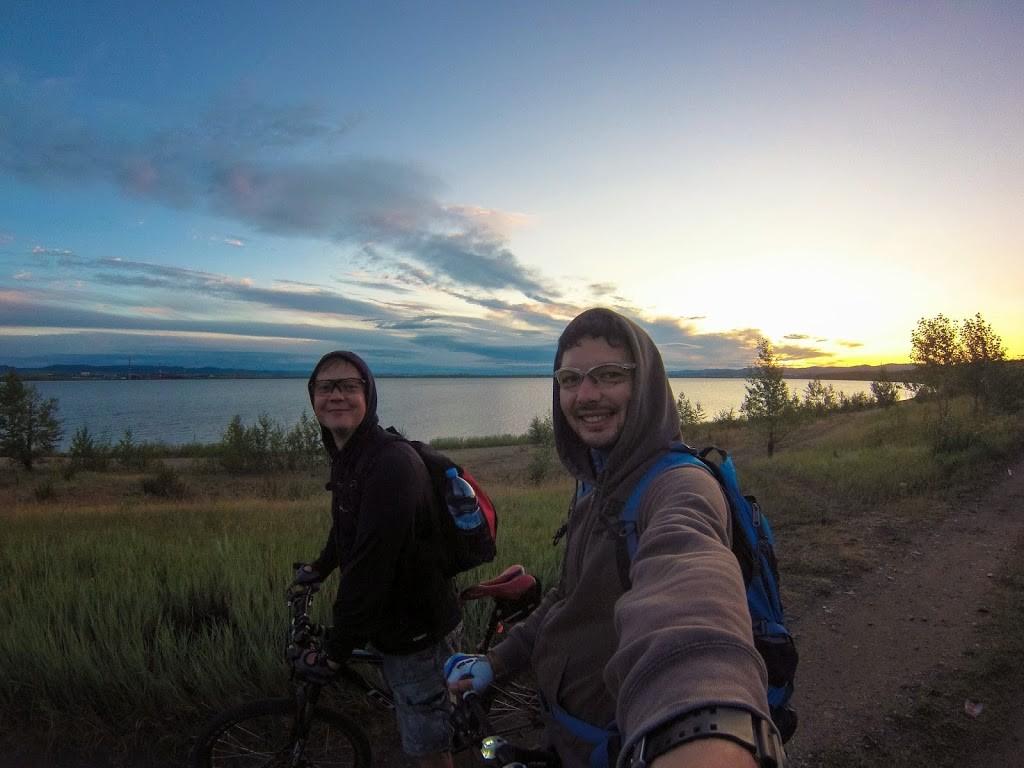 Начало маршрута проходит через озеро Кенон, мы едем отдельно от основной группы.