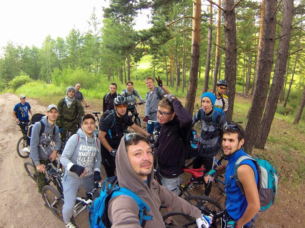 Группа велотуристов в сборе, совместная фотография на дороге около Дворцов