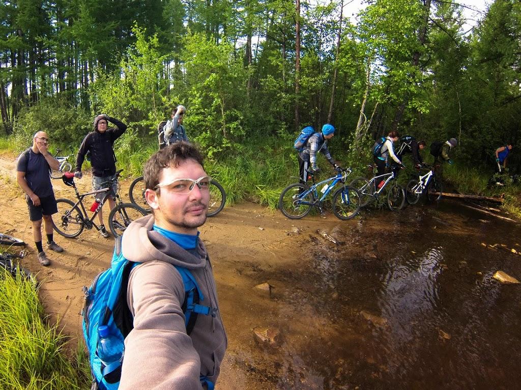 Группа велотуристов преодолевает разлившуюся реку Кадалинка по пути на Арахлей через Яблоновый хребет
