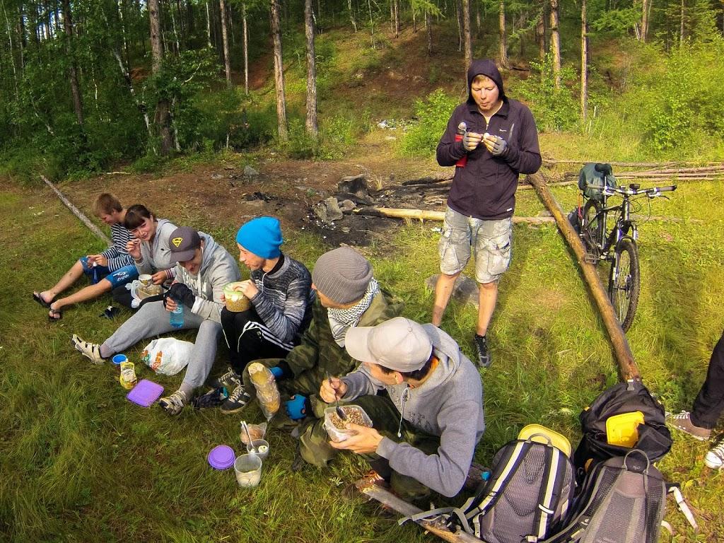 Велосипедисты уминают заготовленный перекус