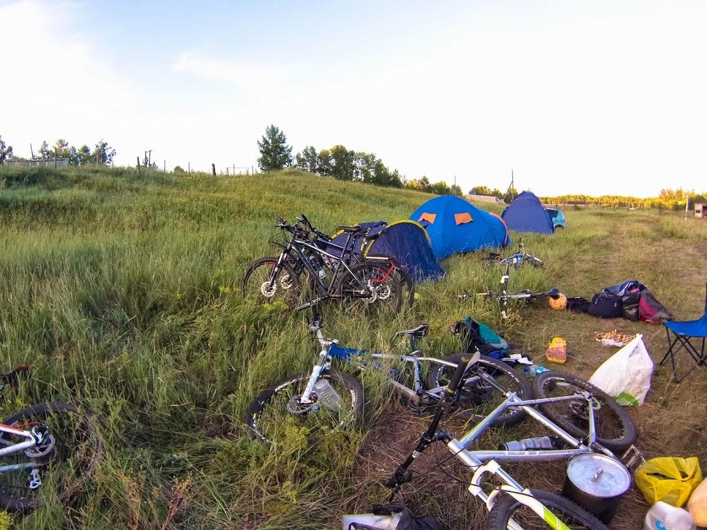 Палаточный лагерь и паркова велосипедов на берегу озера Арахлей