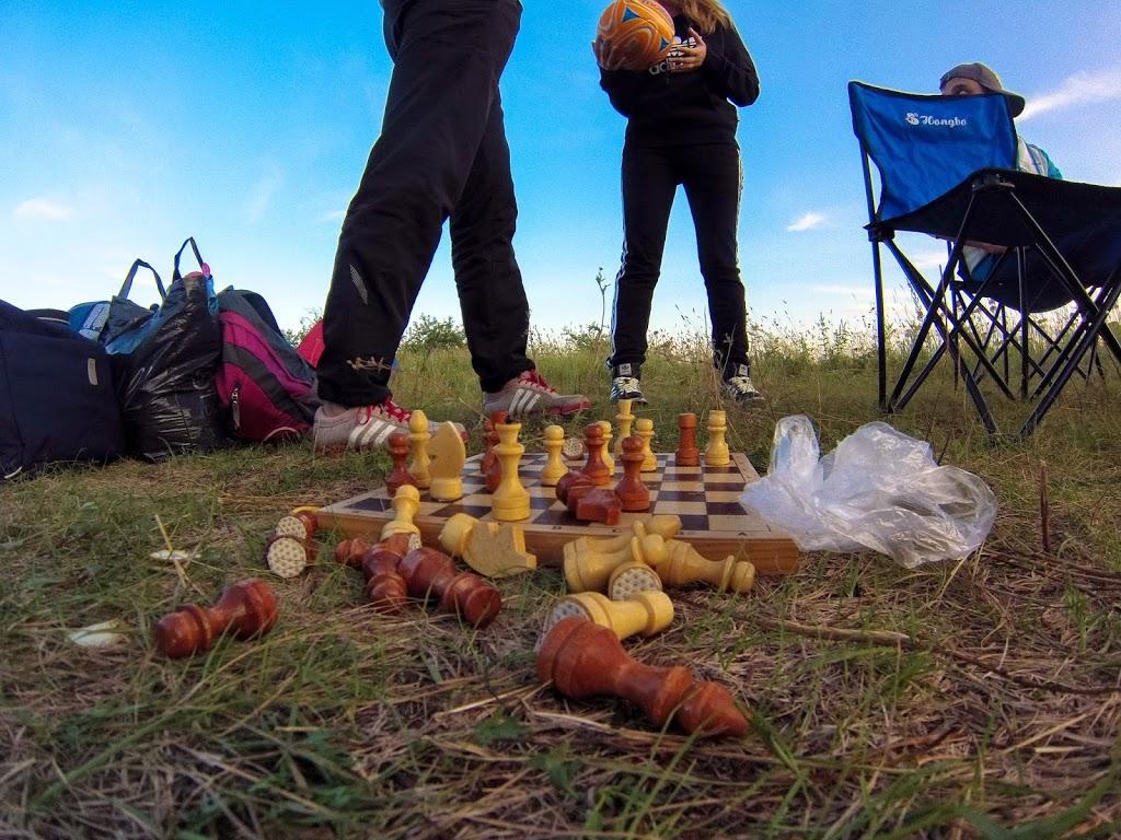 Хороший отдых на природе не исключает возможность сиграть партейку в шахматы