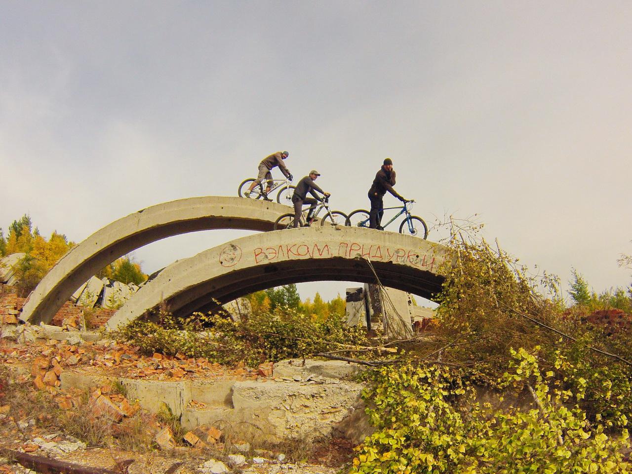 Забрались на велосипедах на бетонные арки с надписью Велкам придурки