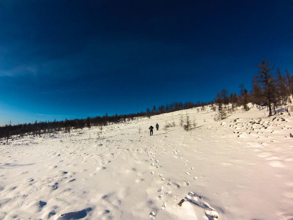 Человеческие следы на снегу ведут на вершину большого саранакана