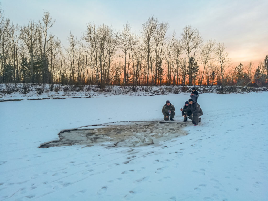 Разлом во льду оставленный машиной на реке Читинка