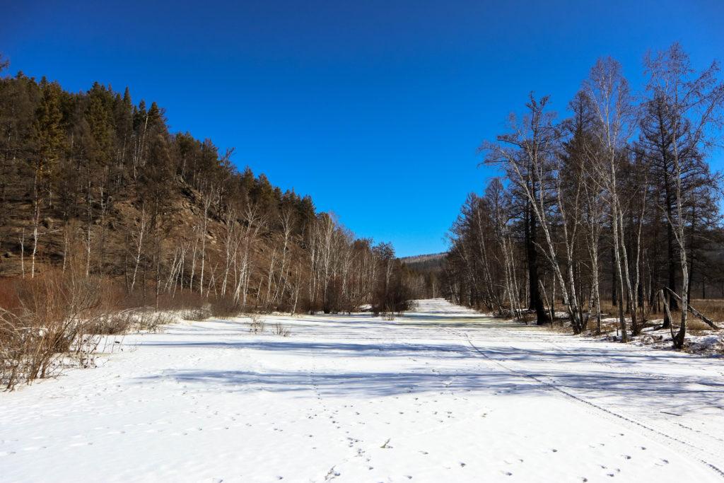 замерзшая река Никишиха зимой
