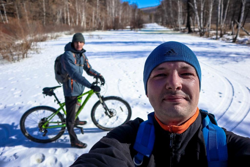 На велосипедах по замерзшей реке