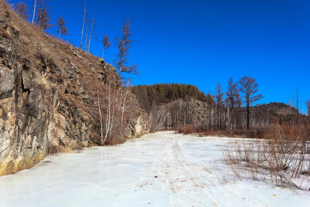 Замерзшая река Никишиха и ее скалы и горы