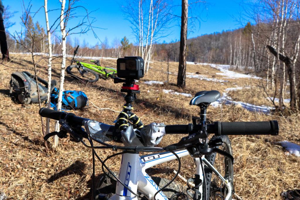 GoPro 7 Black примотана к рулю велосипеда с помощью штатива паука и армированного скотча