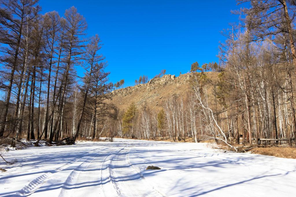 Вид на гору Колькин лоб с замерзшей Никишихи