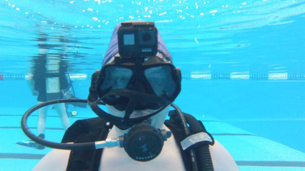 Дайвер в маске с креплением экшн-камеры GoPor