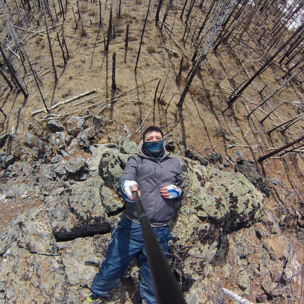 Смоленские скалы. Отдыхаю. Вокруг скал печальный вид, кругом горельник, леса нет!