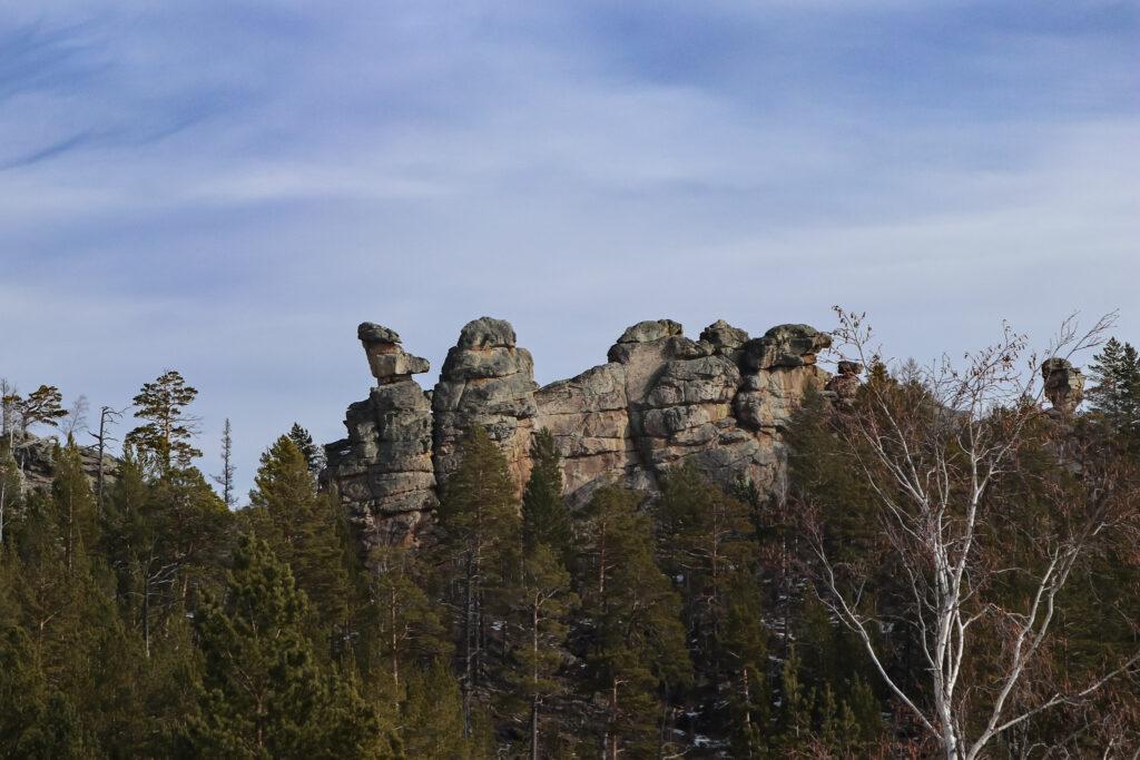 Останцы причудливых форм Кадалинских скал на правом берегу речки Кадалинки