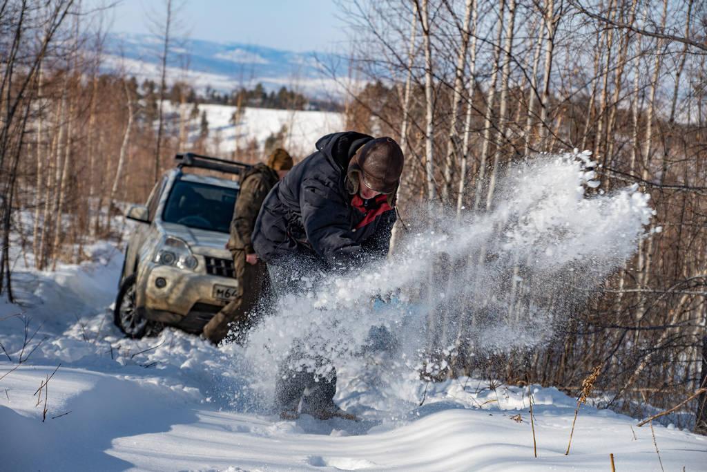Пришлось чистить дорогу от снега, по этой колее давно никто не ездил