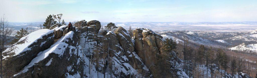 Панорамный вид на скальные останцы расположенные на горе Камень, хребет Черского, Забайкальский край