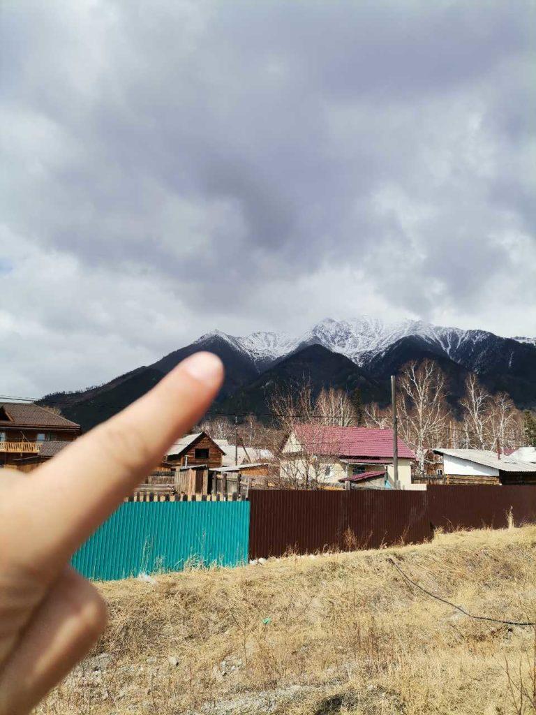 Вид на снежные вершины от отеля Иркут. Над поим пальцем Пик Любви, правее пик Дружба и Аршан.