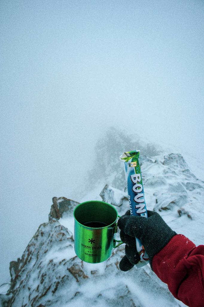 Горячий чай из кружки Snow Peak и шоколадный батончик